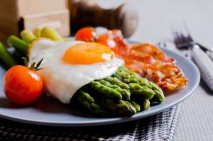 asparagus fried egg bacon tomatoes